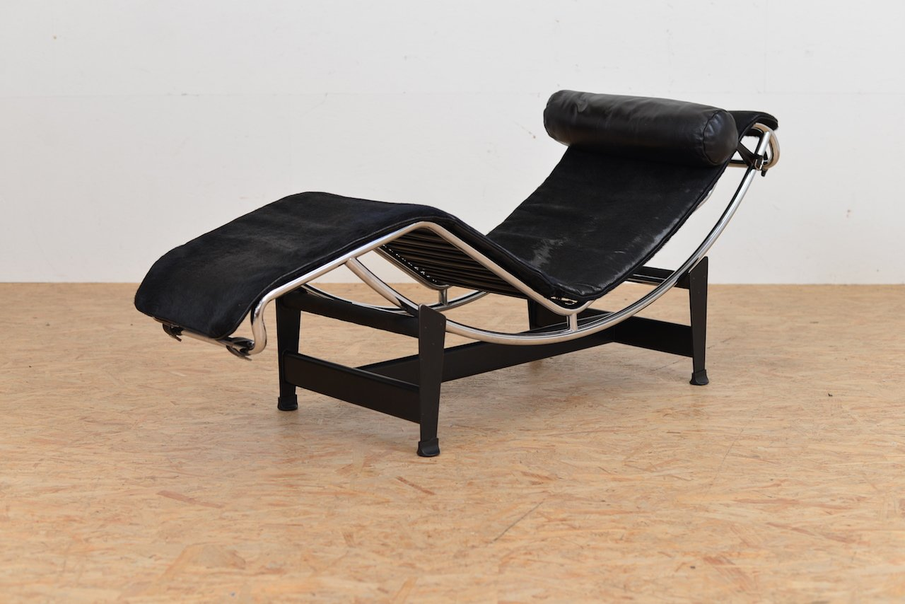Chaise longue lc 4 vintage avec rev tement poney par le for Chaise longue le corbusier prix