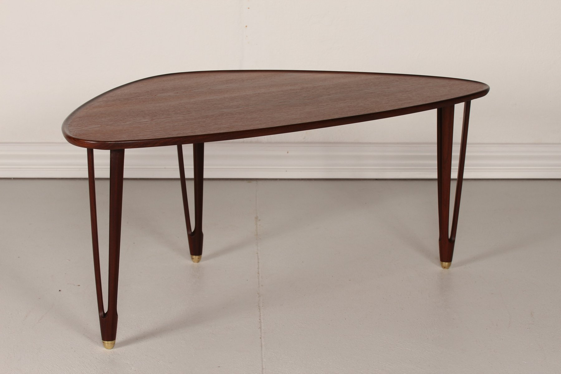 Vintage danish triangular coffee table in teak 1950s for for Table triangulaire