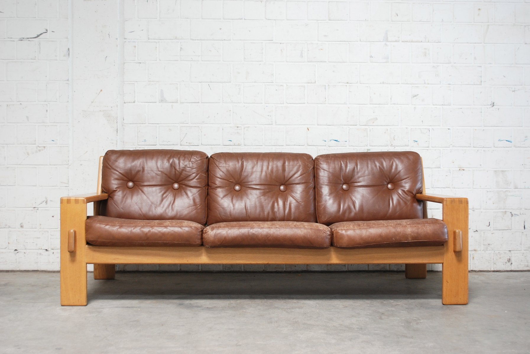 cognac sofa cognac leather sofas are now on trend for 2017. Black Bedroom Furniture Sets. Home Design Ideas