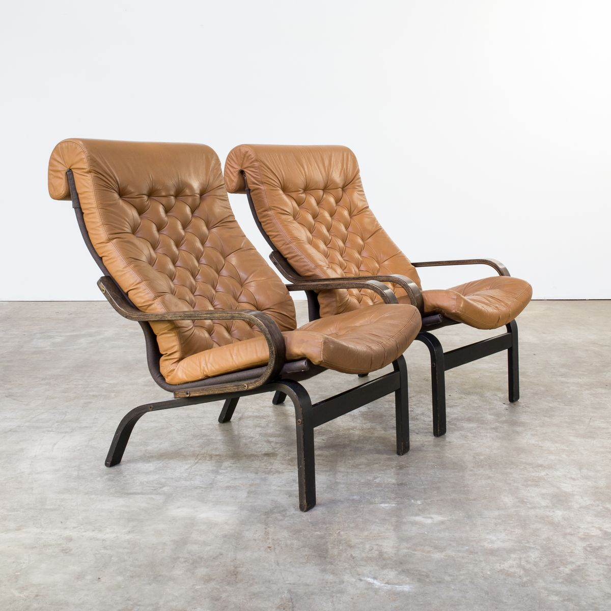 skandinavische wenge cognacfarbene ledersessel mit ottomanen 1970er bei pamono kaufen. Black Bedroom Furniture Sets. Home Design Ideas