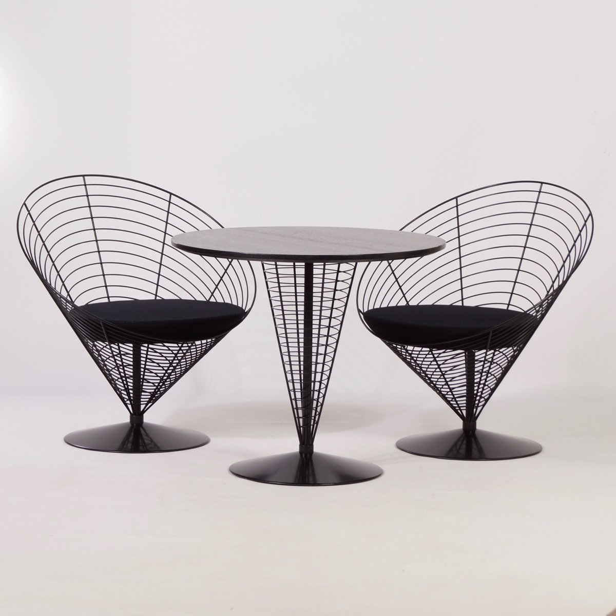 Draht Cone Tisch mit zwei Draht Cone Stühlen von Verner Panton für ...