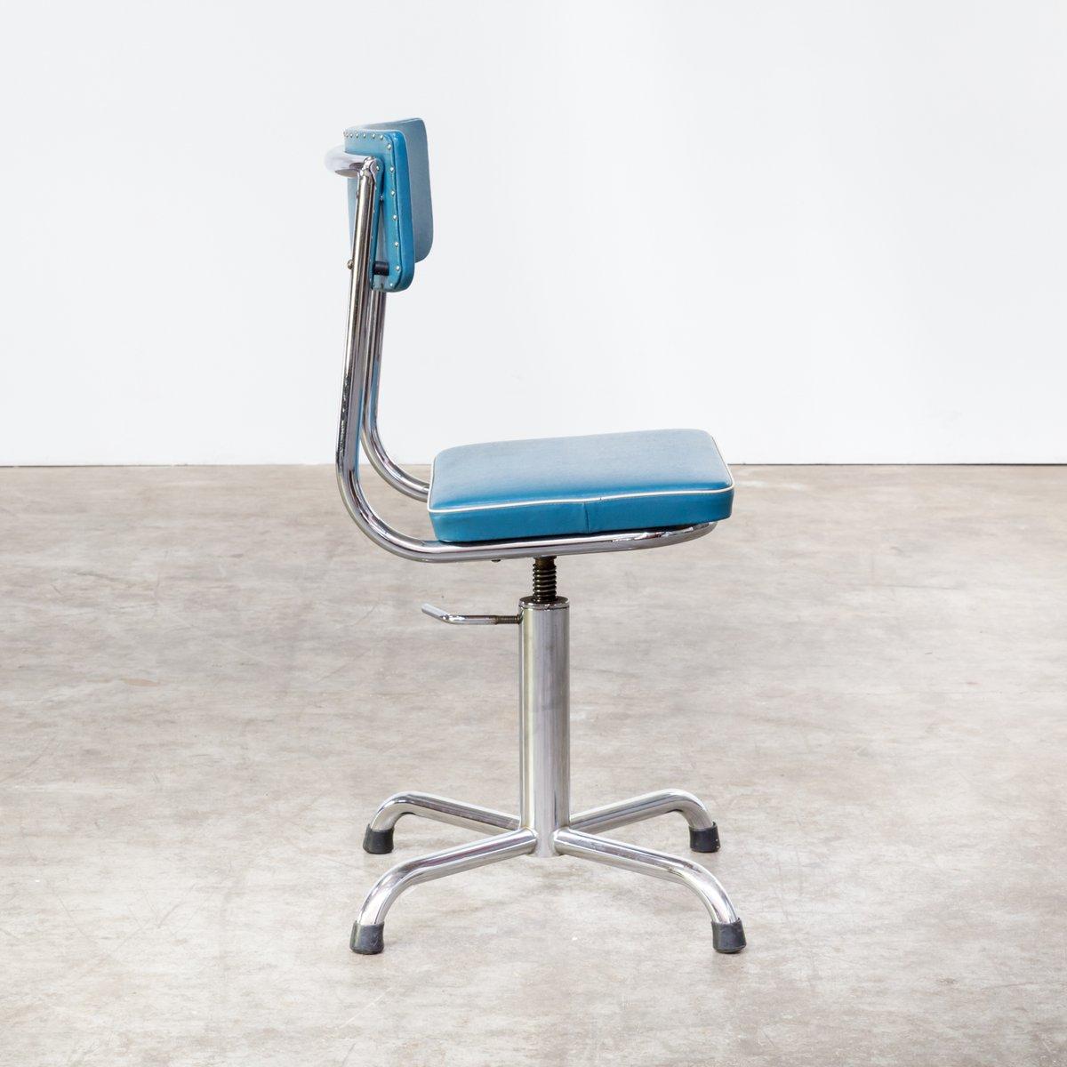 kleiner b rostuhl aus blauem skai mit wei er borte 1960er bei pamono kaufen. Black Bedroom Furniture Sets. Home Design Ideas