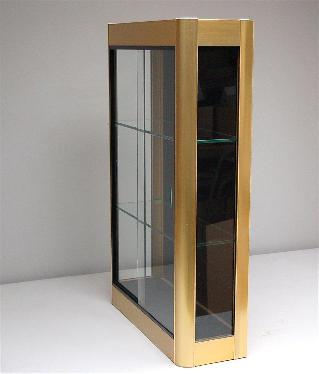 goldener wand vitrinenschrank mit glas schiebet ren. Black Bedroom Furniture Sets. Home Design Ideas