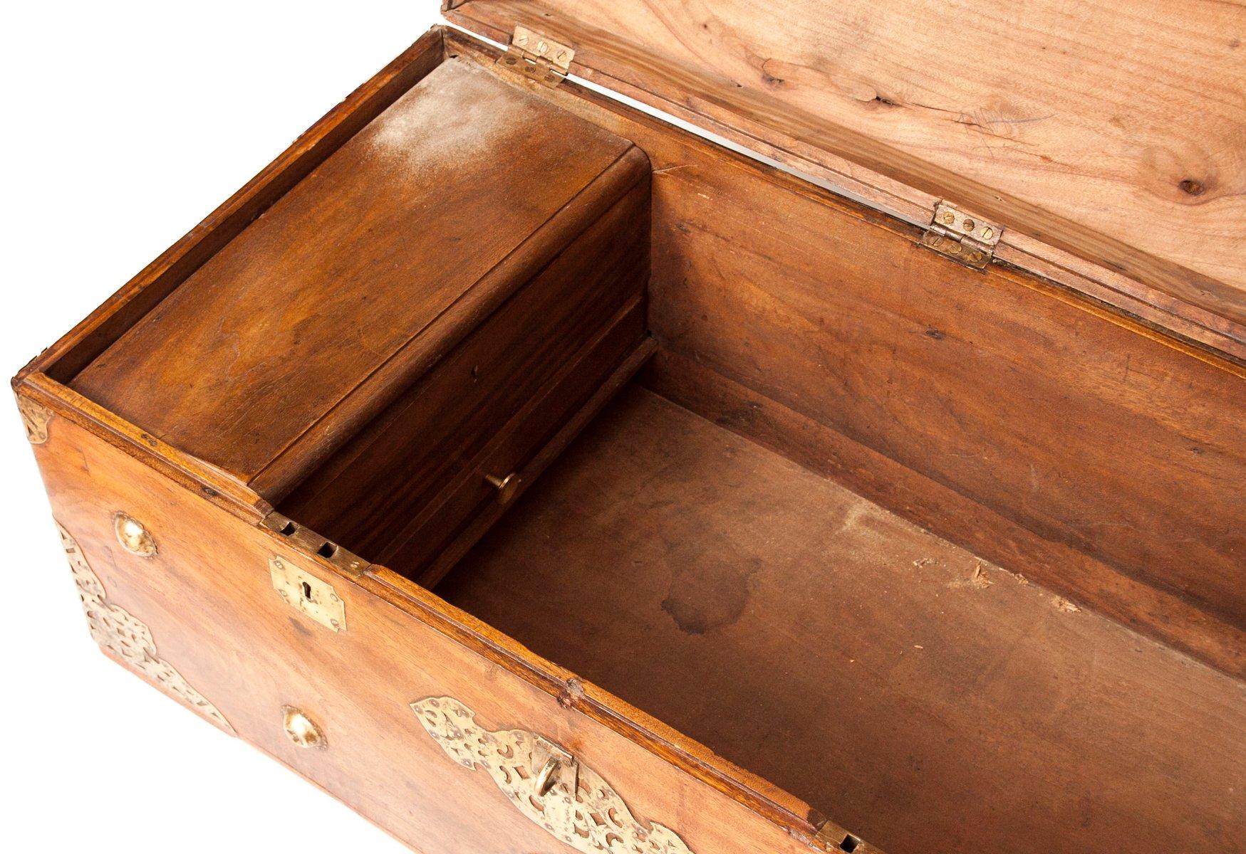 Antike Kampfer Kommode aus Holz & Messing bei Pamono kaufen