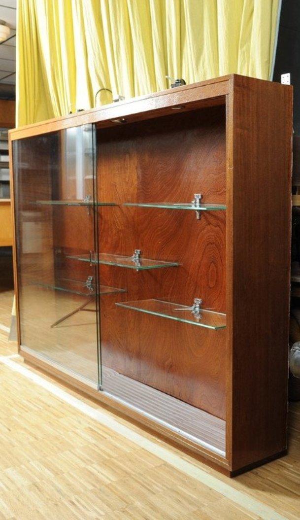 wandmontierte vintage vitrine mit beleuchtung bei pamono kaufen. Black Bedroom Furniture Sets. Home Design Ideas