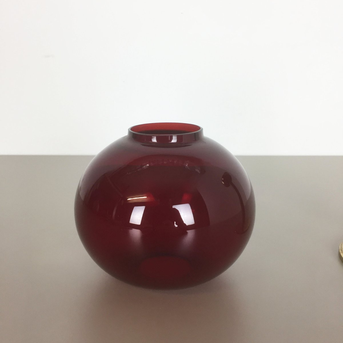 kerzenst nder aus rotem glas und messing von hans agne. Black Bedroom Furniture Sets. Home Design Ideas