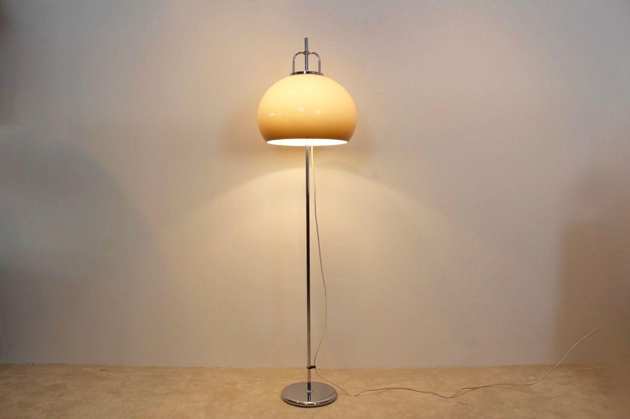italienische stehlampe von harvey guzzini 1960er bei pamono kaufen. Black Bedroom Furniture Sets. Home Design Ideas