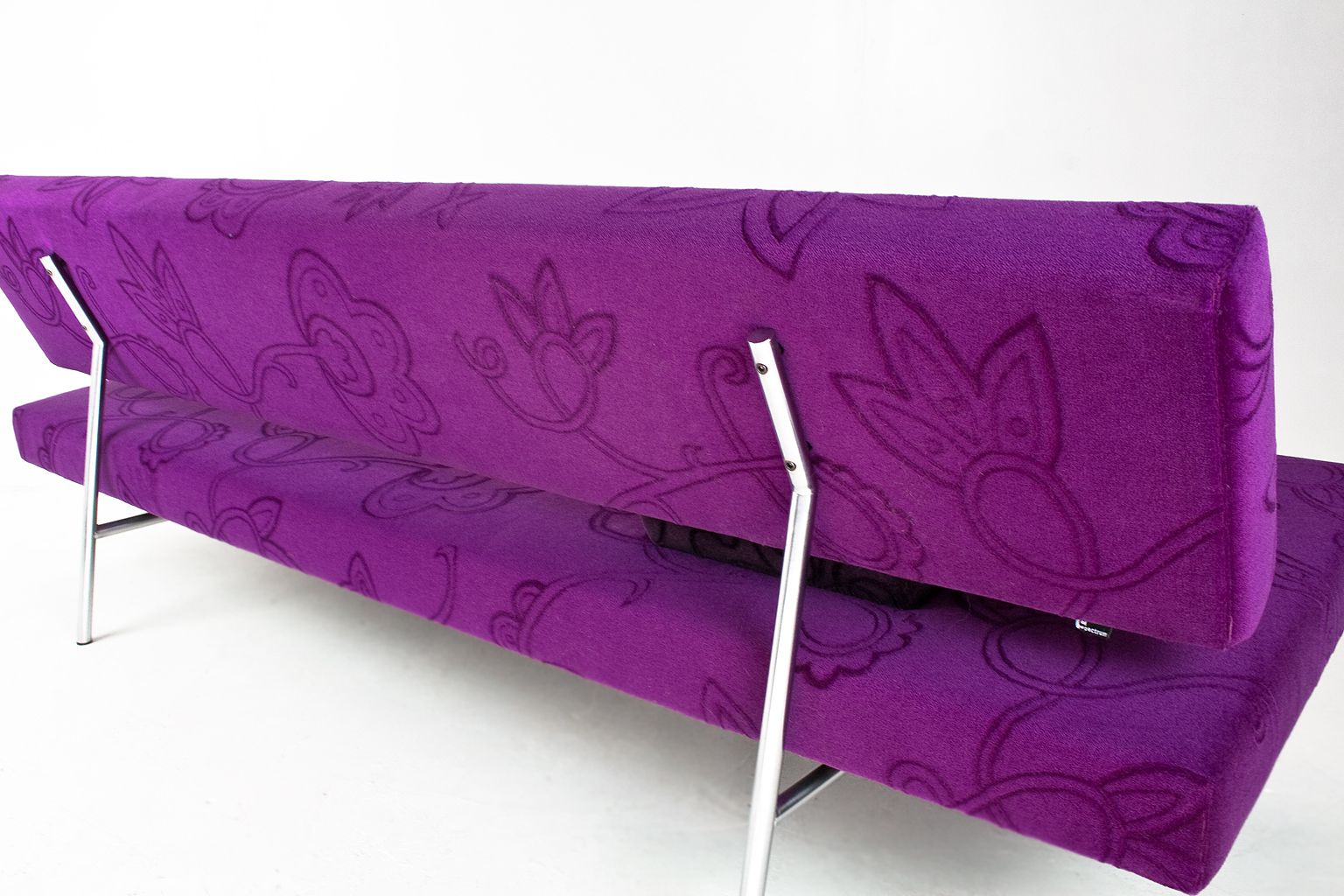 br02 schlafsofa aus lila samt von martin visser f r 39 t. Black Bedroom Furniture Sets. Home Design Ideas