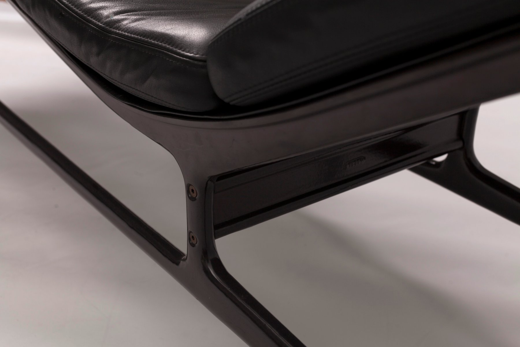 Mid century soft pad chaise by charles ray eames for for Chaise style eames