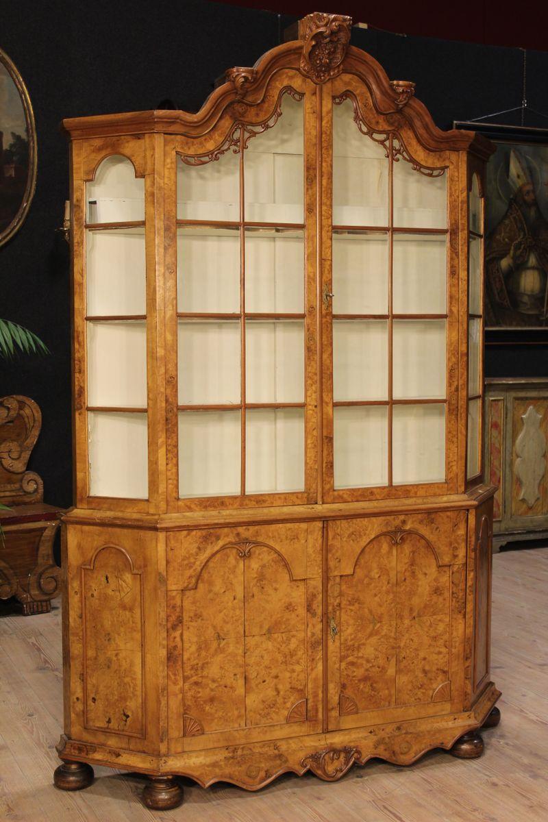 Vetrina in legno di noce e radica di olmo, Olanda, fine XIX secolo ...