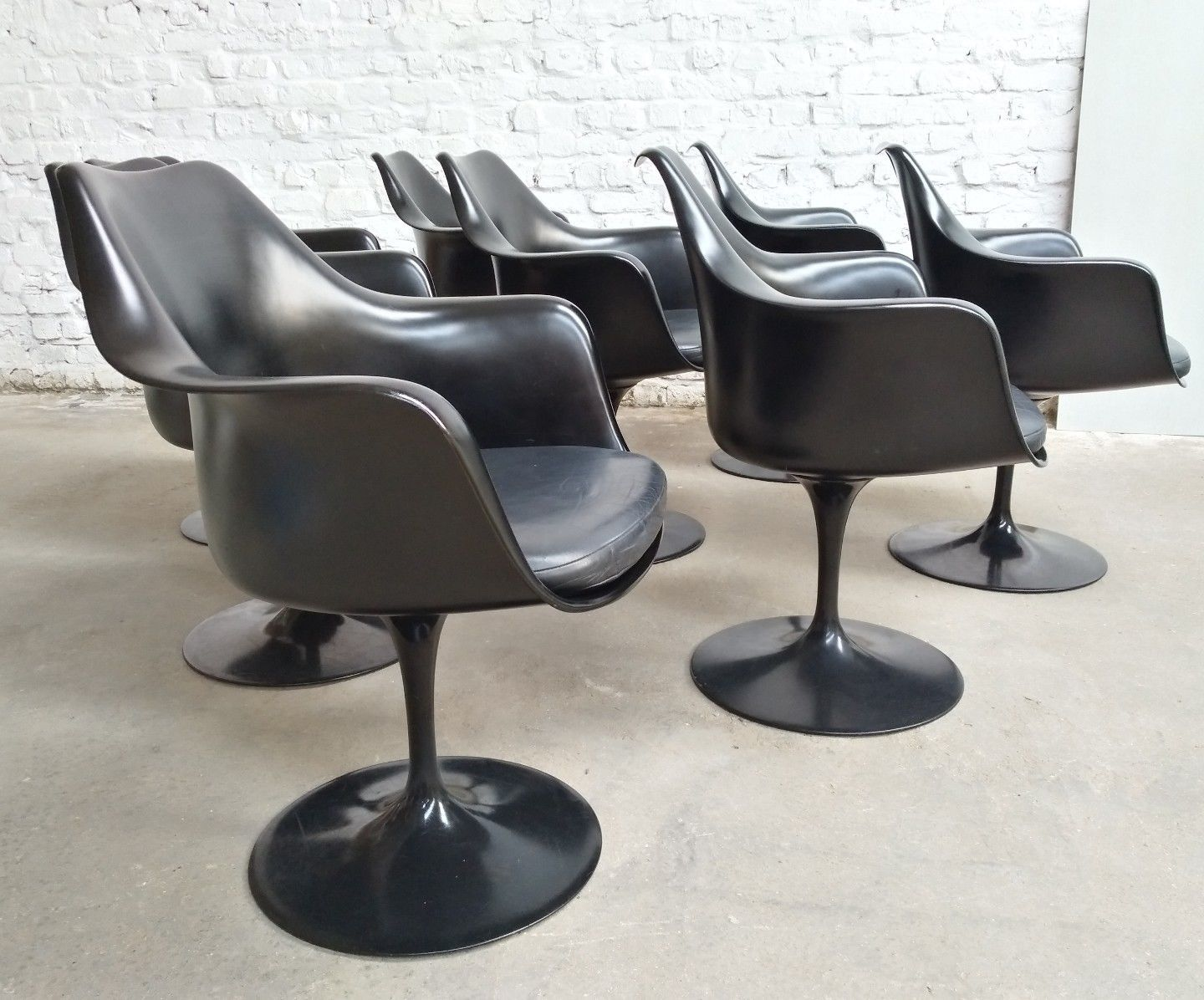 fauteuil pivotant tulipe en cuir noir par eero saarinen pour knoll 1950s set de 8 en vente sur. Black Bedroom Furniture Sets. Home Design Ideas