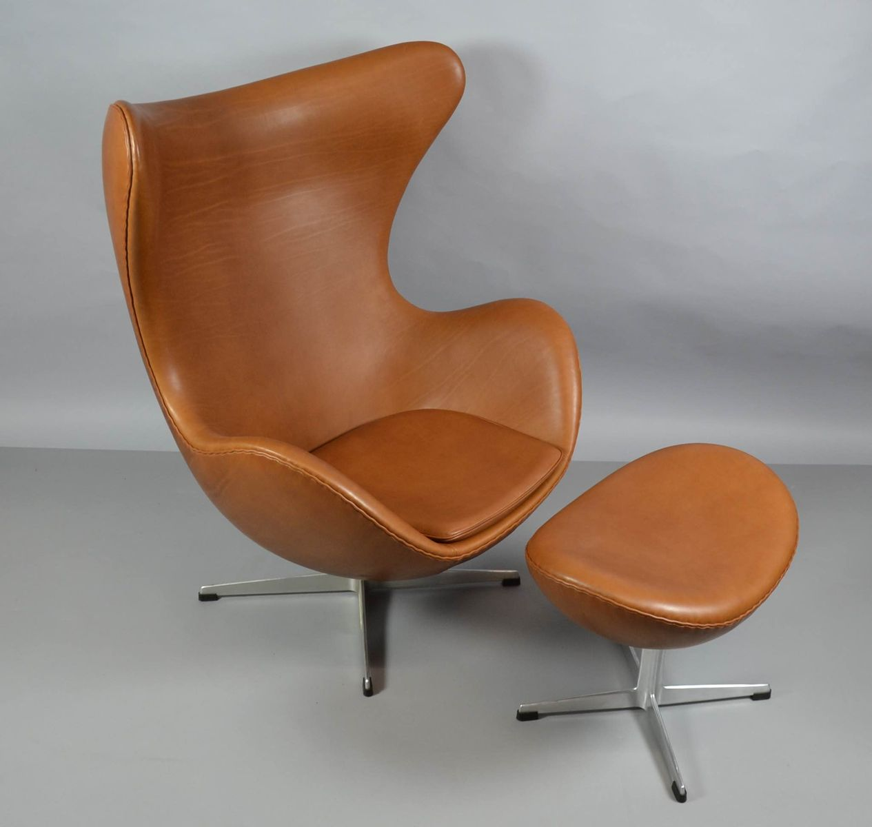 egg chair aus leder mit ottomane von arne jacobsen f r. Black Bedroom Furniture Sets. Home Design Ideas