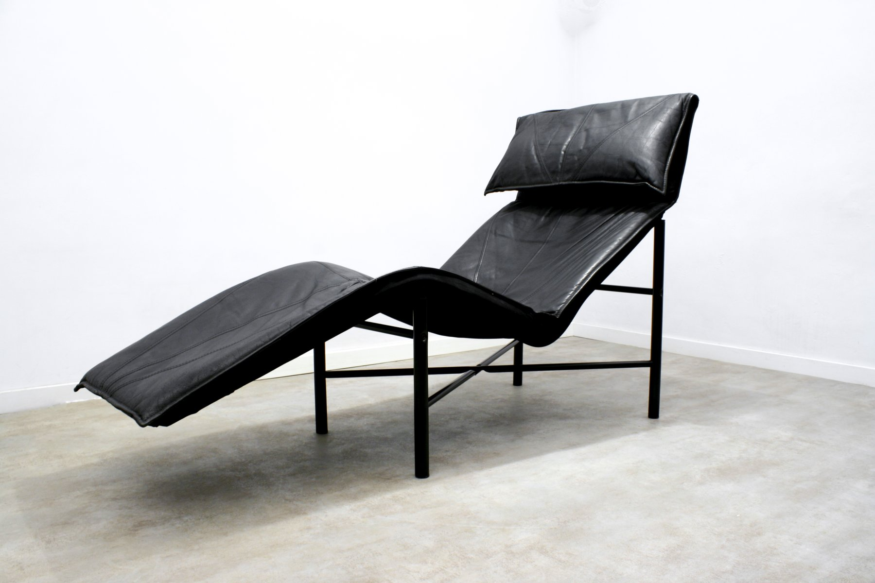 Black leather skye chaise longue by tord bj rklund for for Chaise longue double en bois