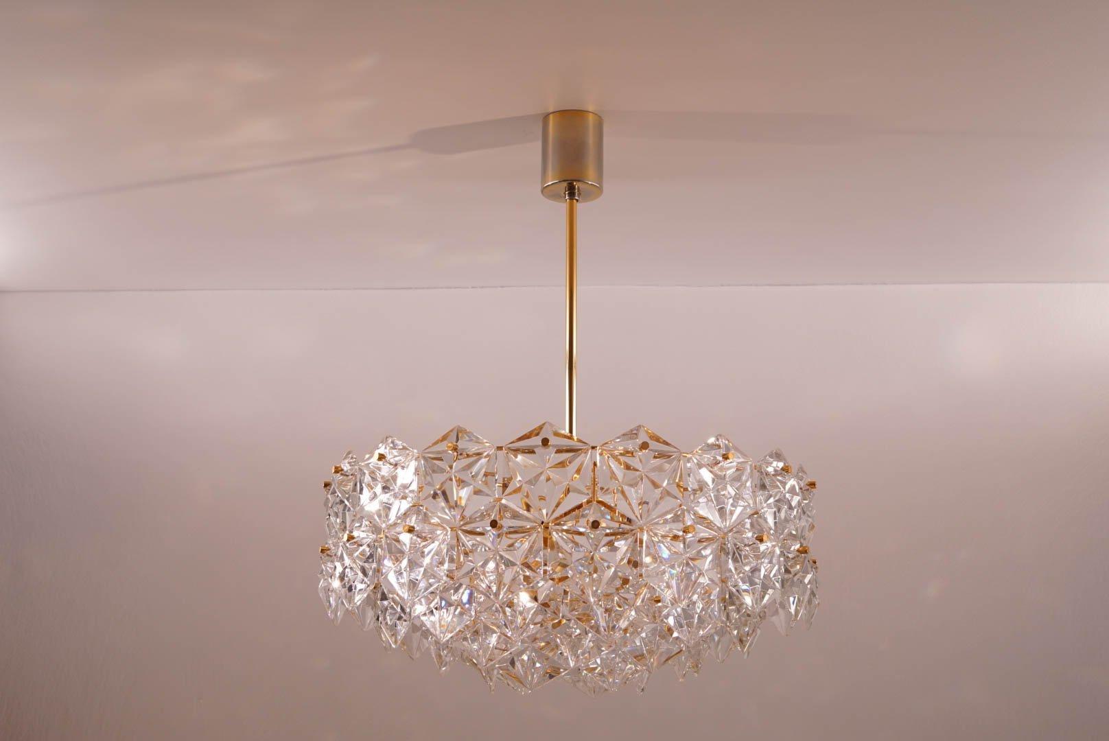f nfstufiger vergoldeter kronleuchter mit sechseckigen. Black Bedroom Furniture Sets. Home Design Ideas