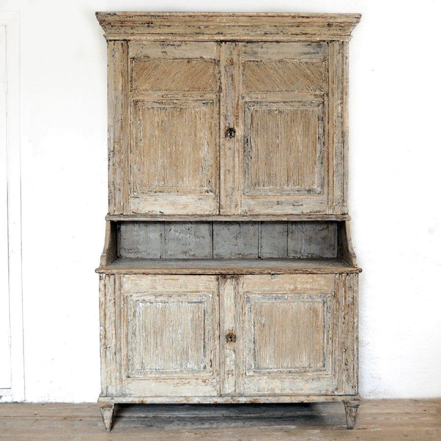 zweiteiliger antiker schrank mit geriffelter vorderseite. Black Bedroom Furniture Sets. Home Design Ideas
