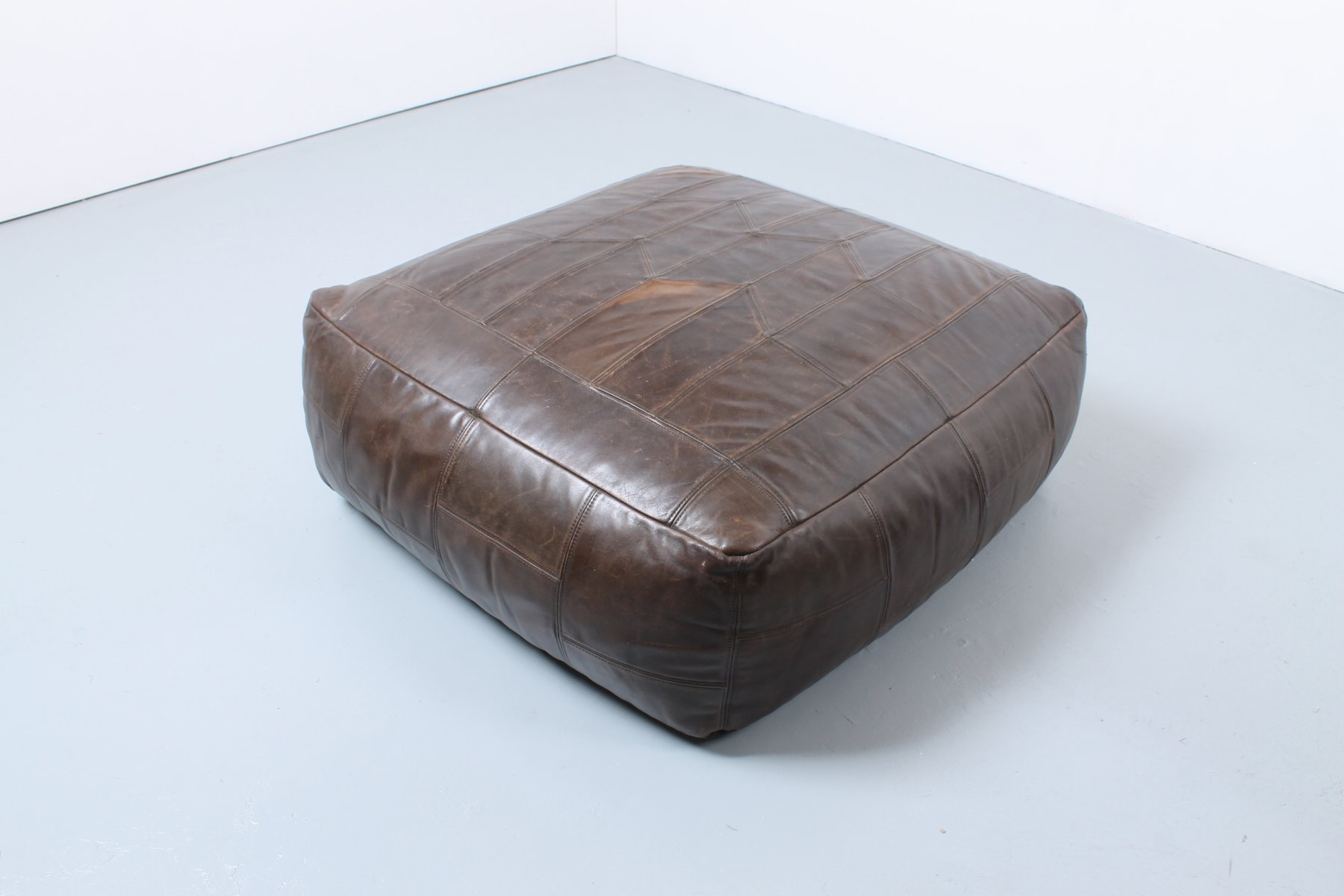 gro er vintage kunstleder pouf bei pamono kaufen. Black Bedroom Furniture Sets. Home Design Ideas