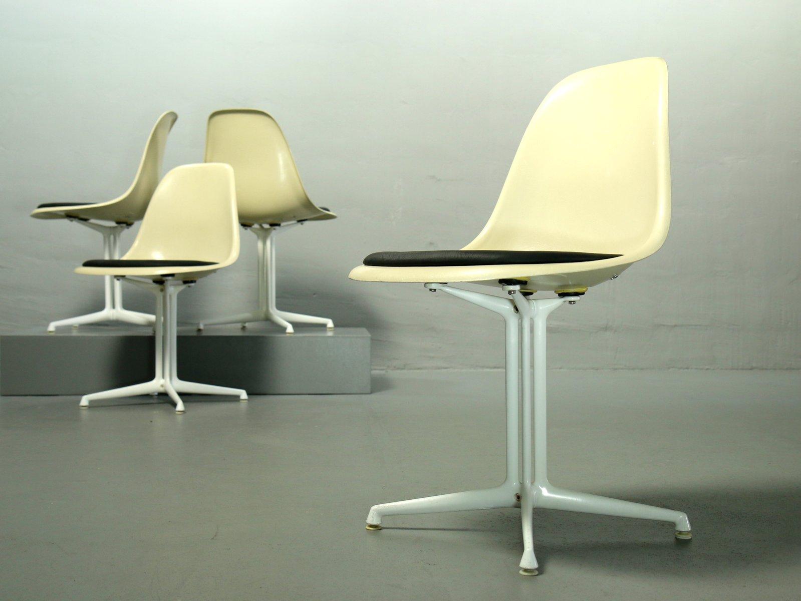 fiberglas st hle von charles ray eames f r vitra 4er. Black Bedroom Furniture Sets. Home Design Ideas