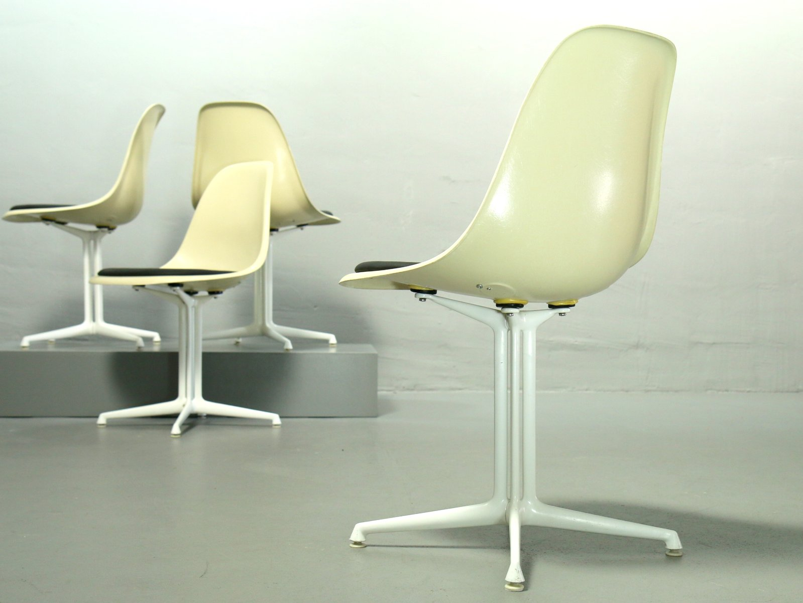 fiberglas st hle von charles ray eames f r vitra 4er set bei pamono kaufen. Black Bedroom Furniture Sets. Home Design Ideas