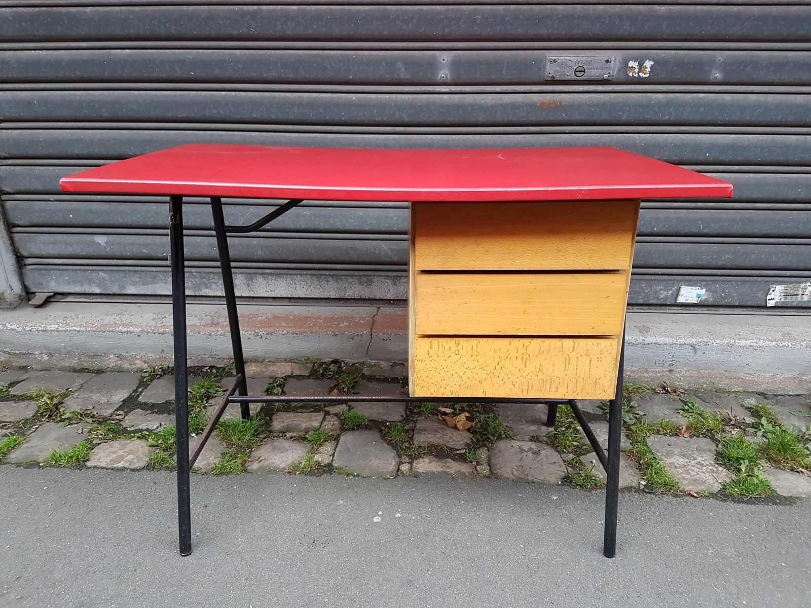 franz sischer schreibtisch mit roter vinyl tischplatte. Black Bedroom Furniture Sets. Home Design Ideas