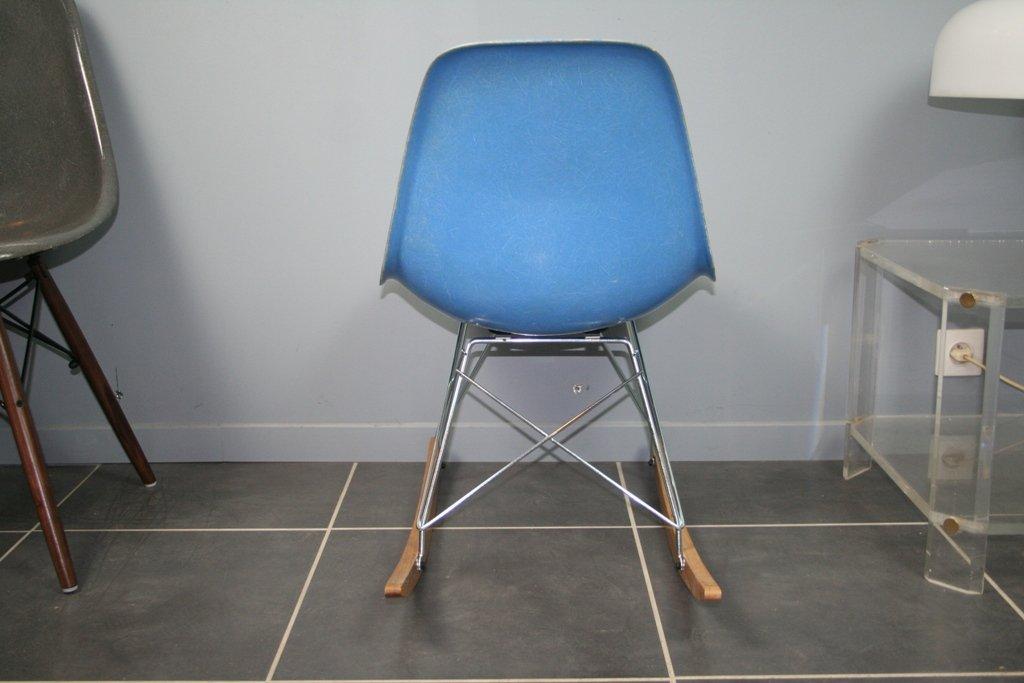 blauer schaukelstuhl von charles ray eames f r herman miller 1960er bei pamono kaufen. Black Bedroom Furniture Sets. Home Design Ideas