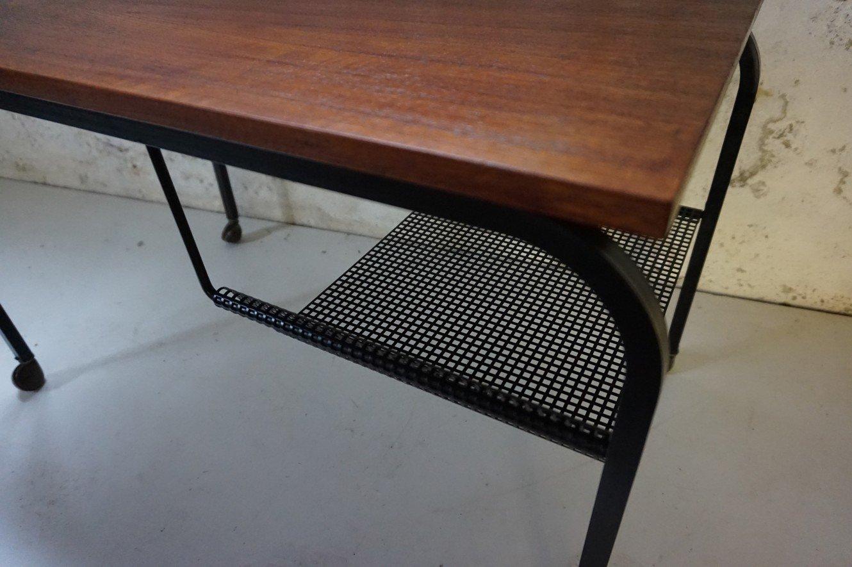 niederl ndischer teak serviertisch auf rollen mit zeitschriftenablage 1950er bei pamono kaufen. Black Bedroom Furniture Sets. Home Design Ideas