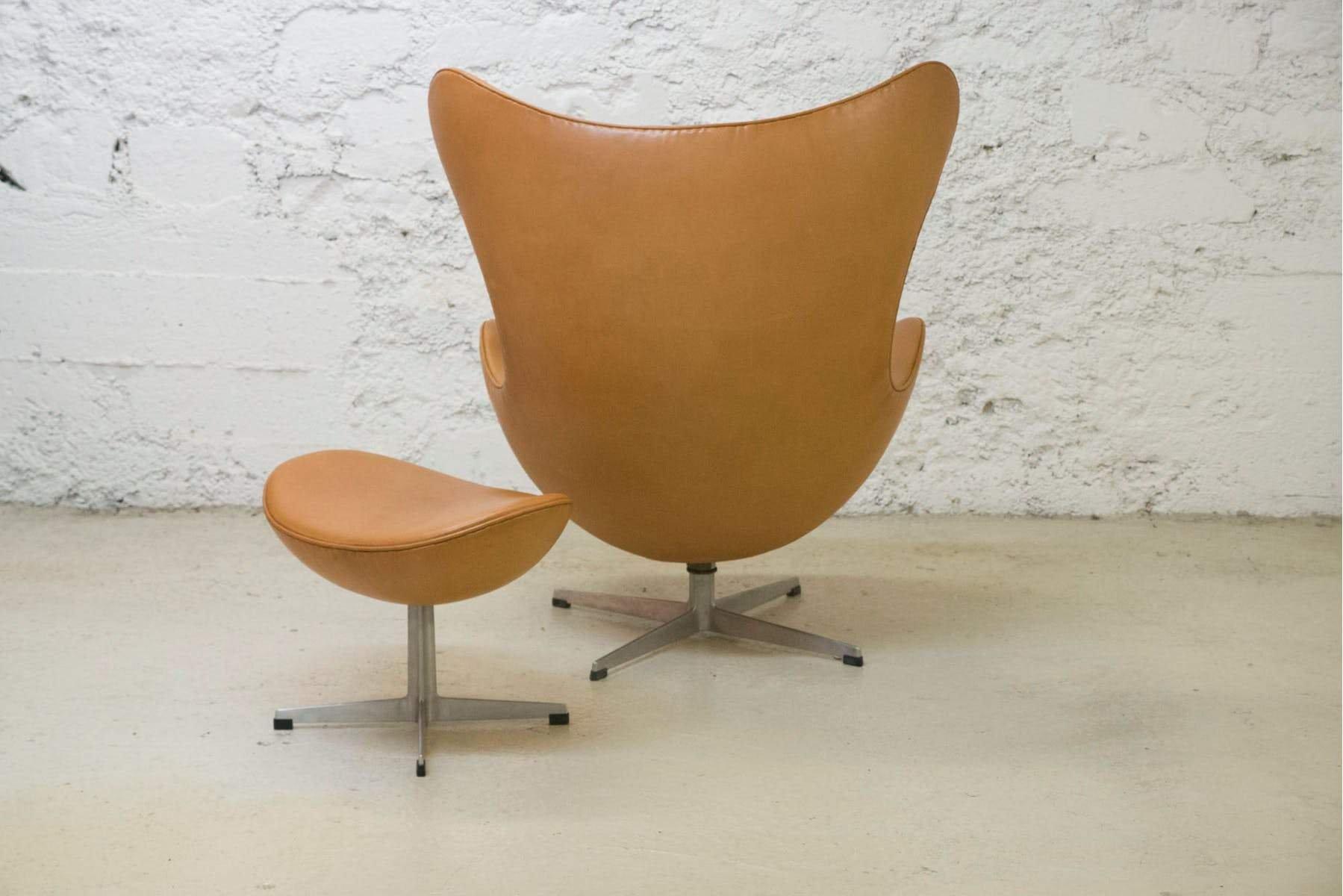 egg chair und ottomane aus cognacfarbenem leder von arne jacobsen 1964 bei pamono kaufen. Black Bedroom Furniture Sets. Home Design Ideas