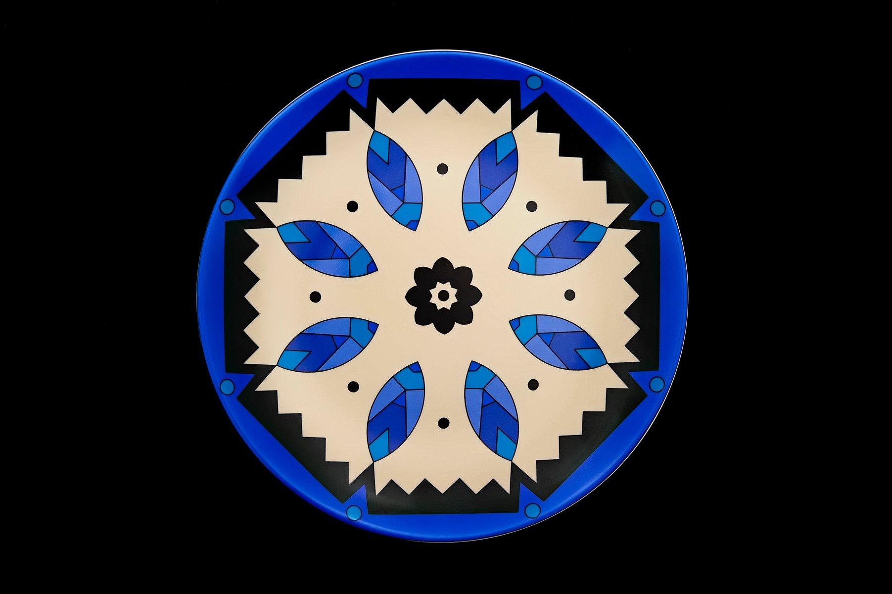 kaleidoskopische blaue porzellanteller von kostas. Black Bedroom Furniture Sets. Home Design Ideas