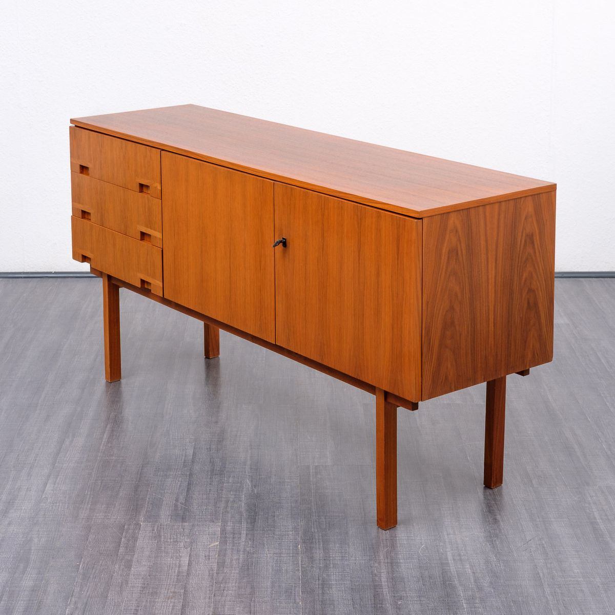 kleines walnuss sideboard 1960er bei pamono kaufen. Black Bedroom Furniture Sets. Home Design Ideas