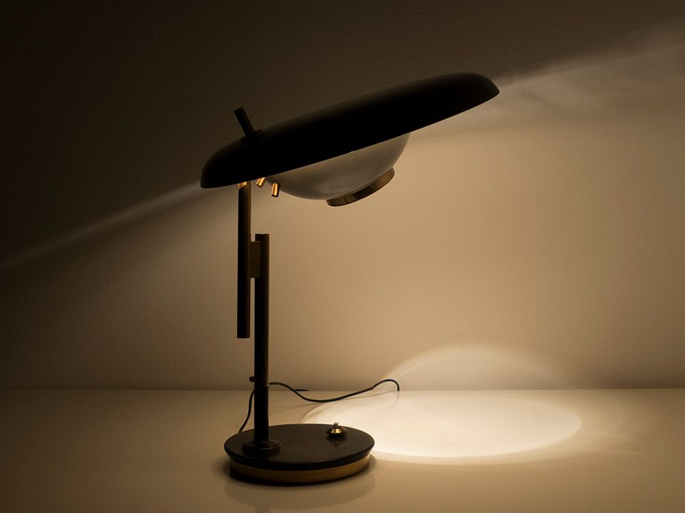 Lampada da tavolo modello 555 regolabile di oscar torlasco for Lumi da tavolo classici