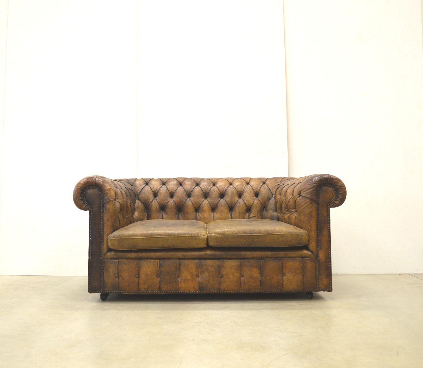 englisches art deco chesterfield 2 sitzer leder sofa in cognacbraun 1930er bei pamono kaufen. Black Bedroom Furniture Sets. Home Design Ideas
