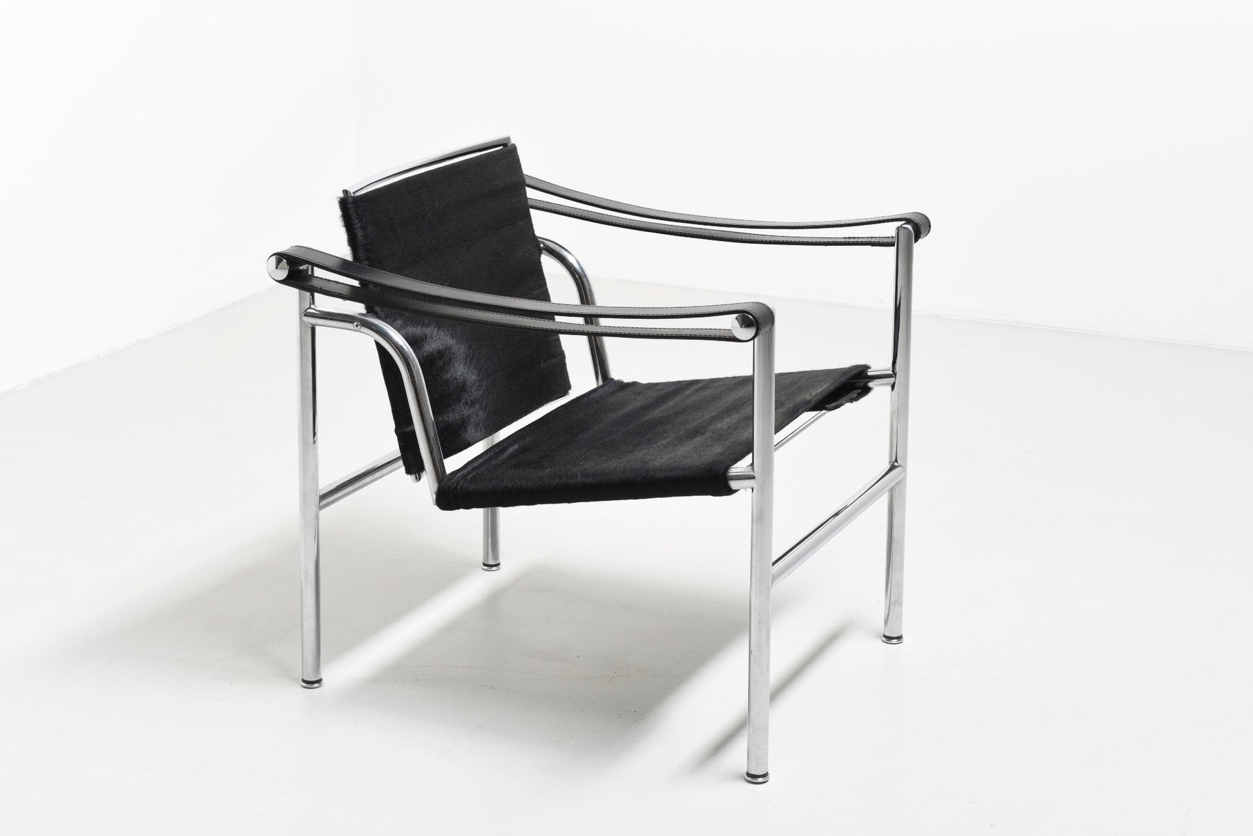 fauteuil lc1 vintage par le corbusier pierre jeanneret charlotte perriand pour cassina en. Black Bedroom Furniture Sets. Home Design Ideas