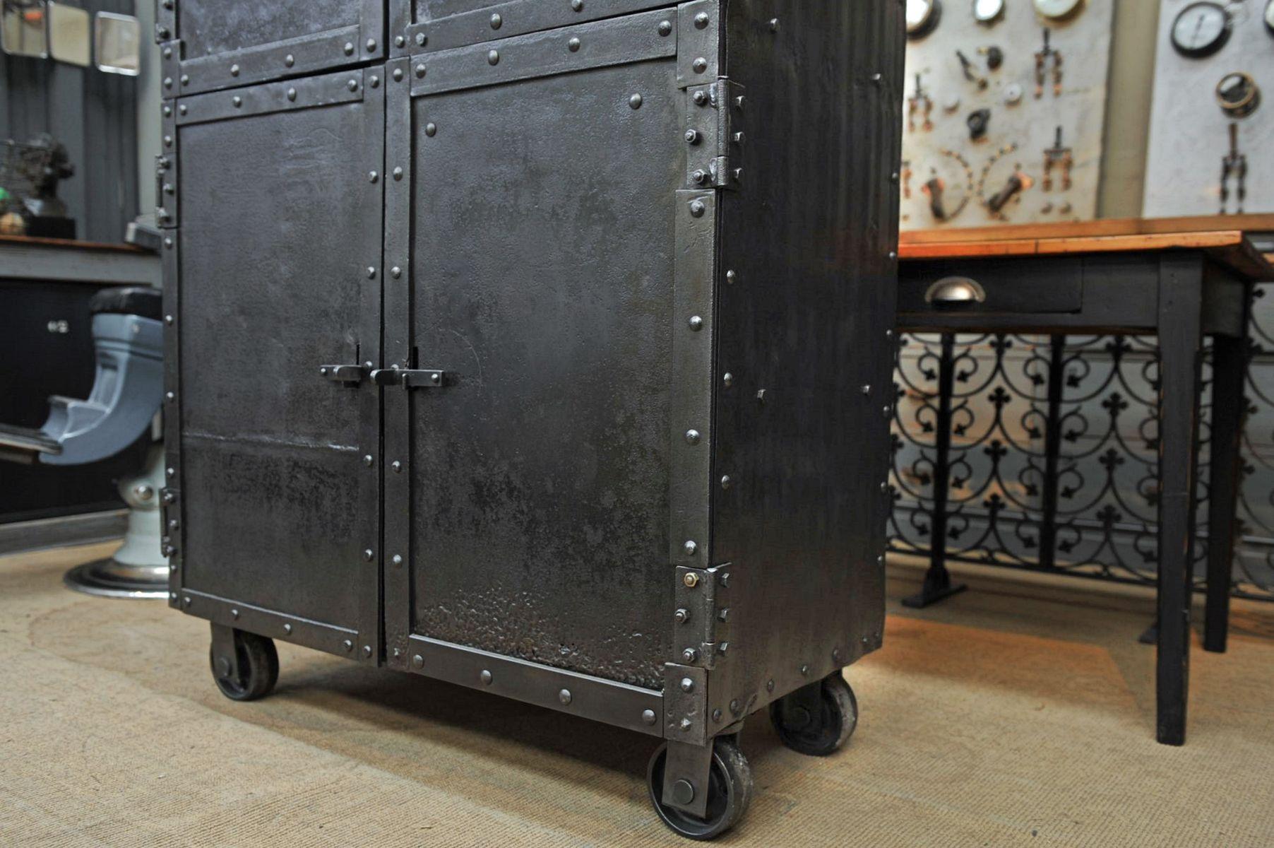 industrieller vernieteter schrank auf rollen aus stahl. Black Bedroom Furniture Sets. Home Design Ideas