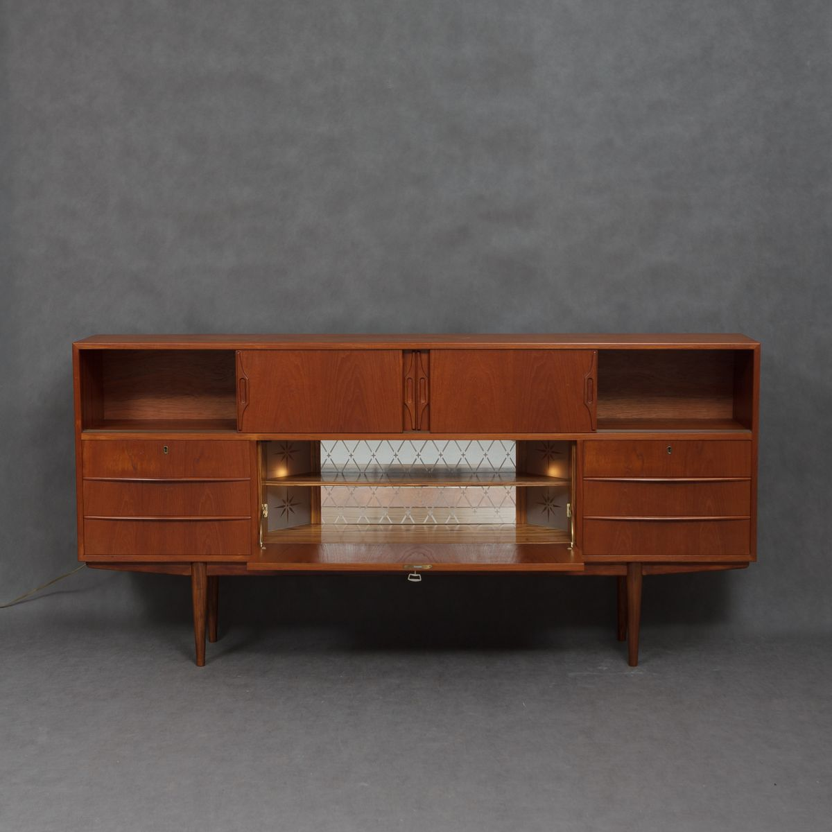 d nisches mid century sideboard mit beleuchtetem bar. Black Bedroom Furniture Sets. Home Design Ideas