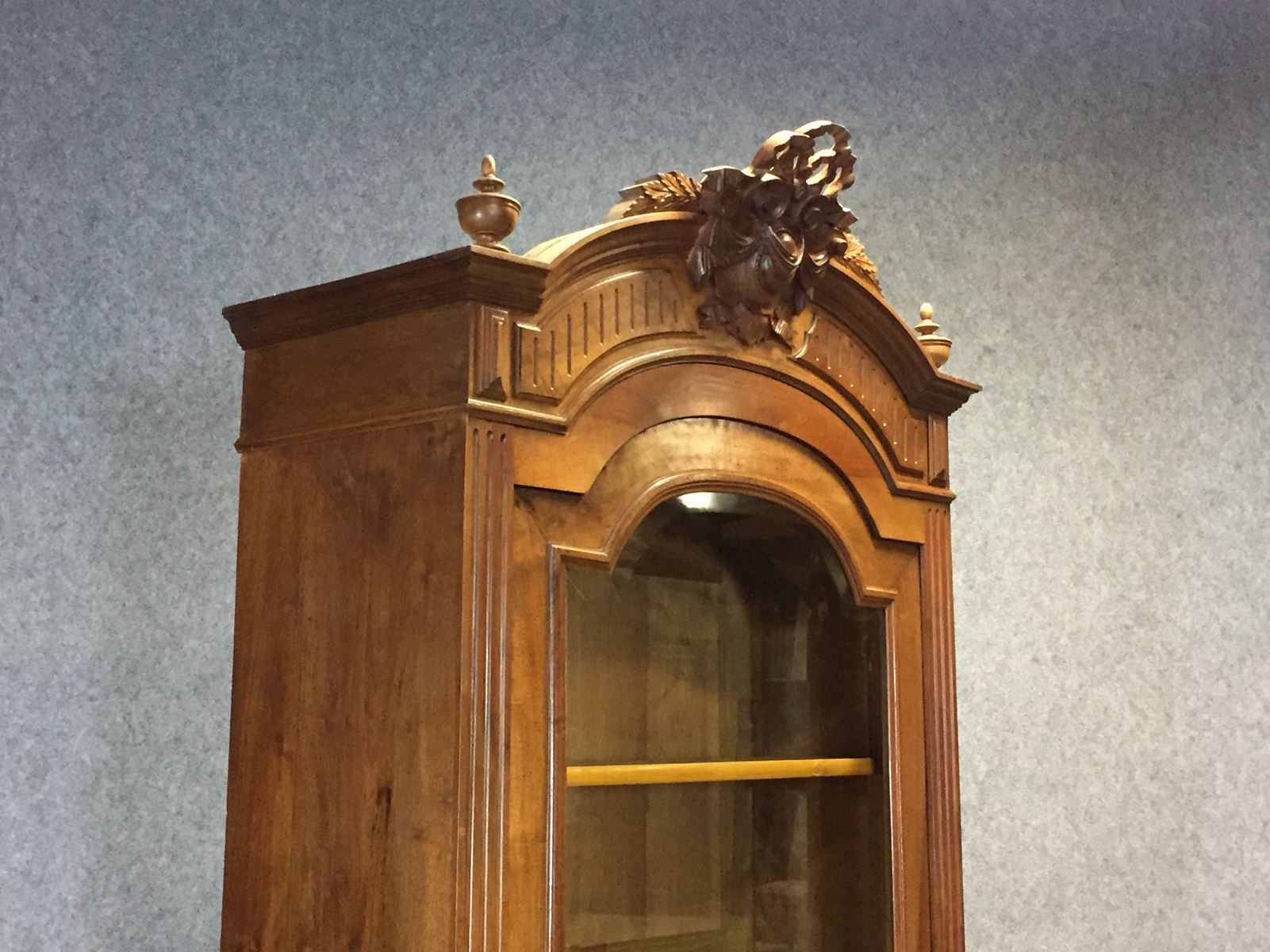 Vetrina antica in stile Luigi XVI in legno di noce in vendita su ...