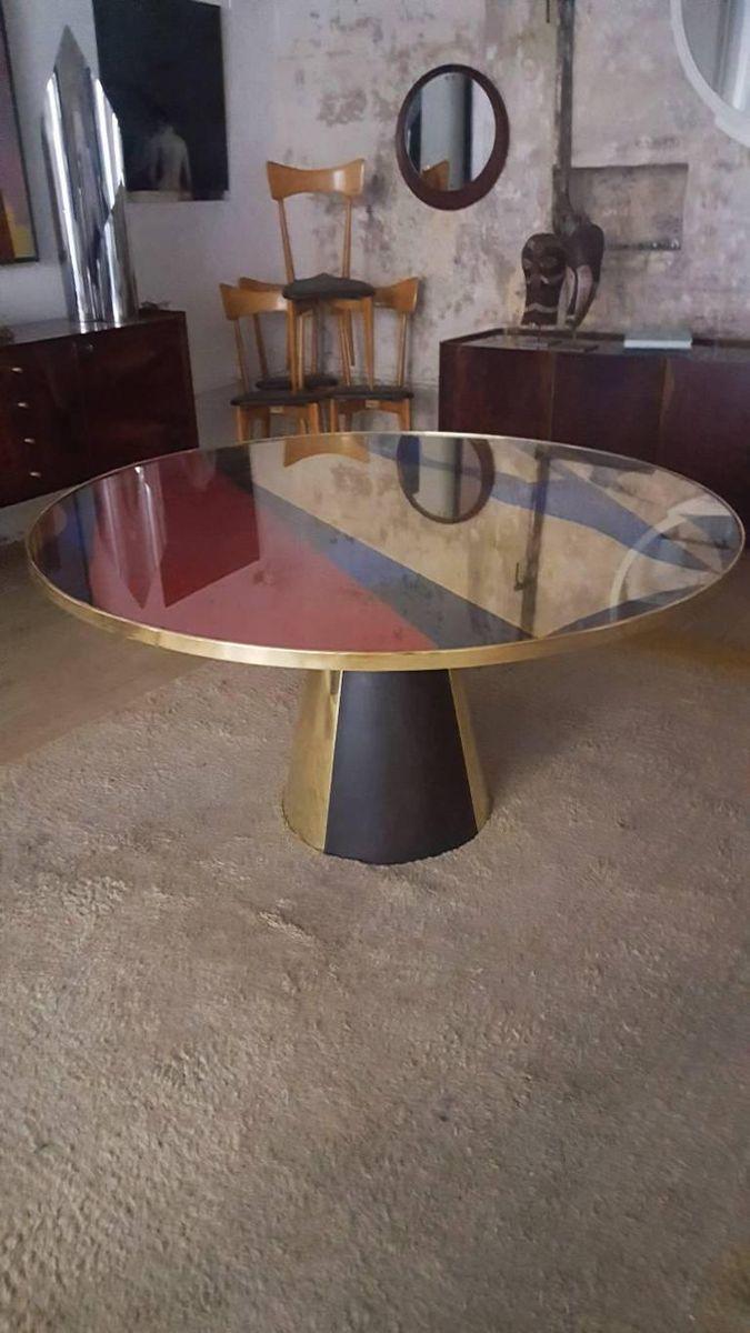 Runder tisch mit abstraktem design fu in pyramidenform for Tisch mit wechselndem design