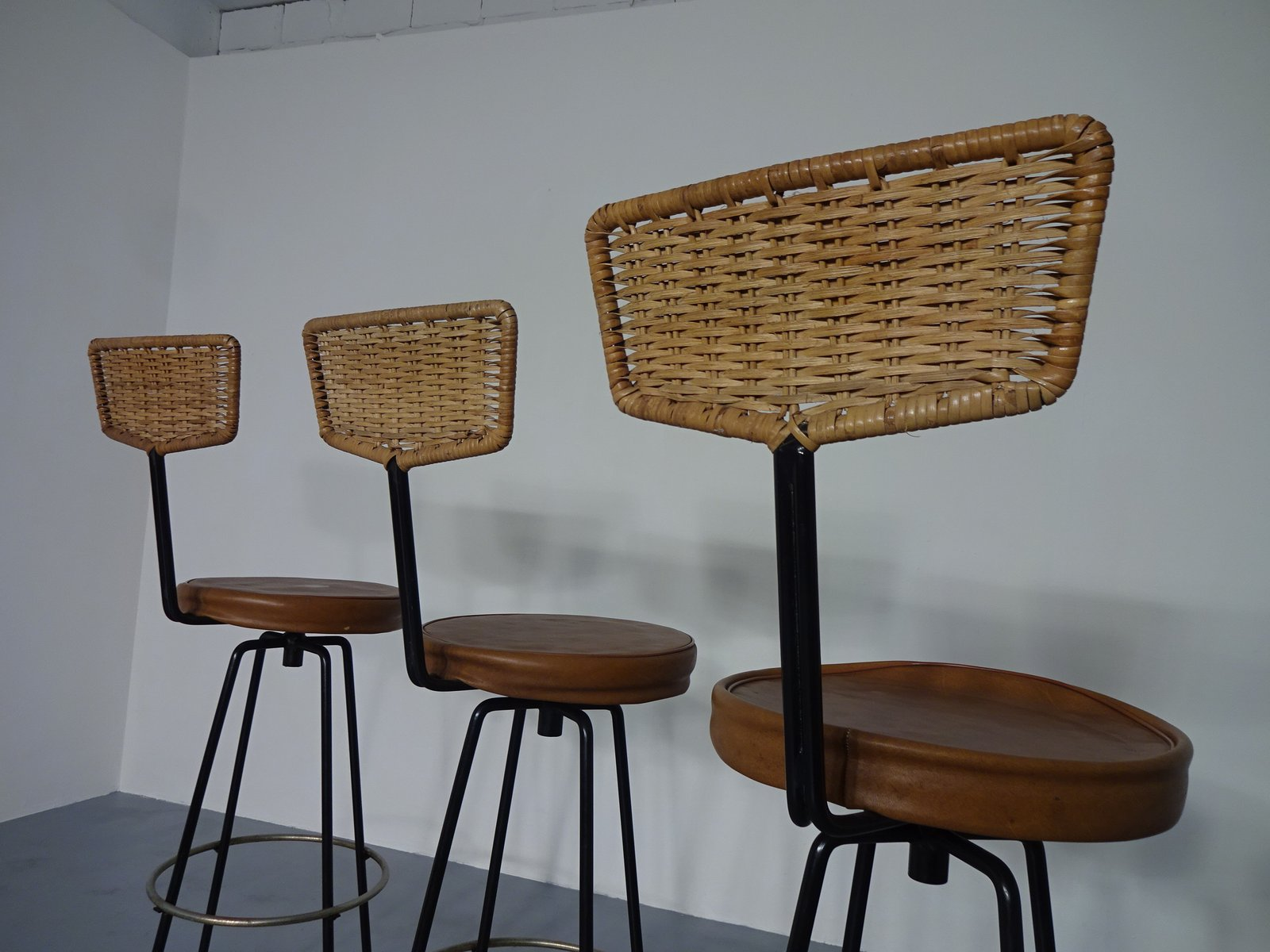 drehbare rattan barhocker 1960er 3er set bei pamono kaufen. Black Bedroom Furniture Sets. Home Design Ideas