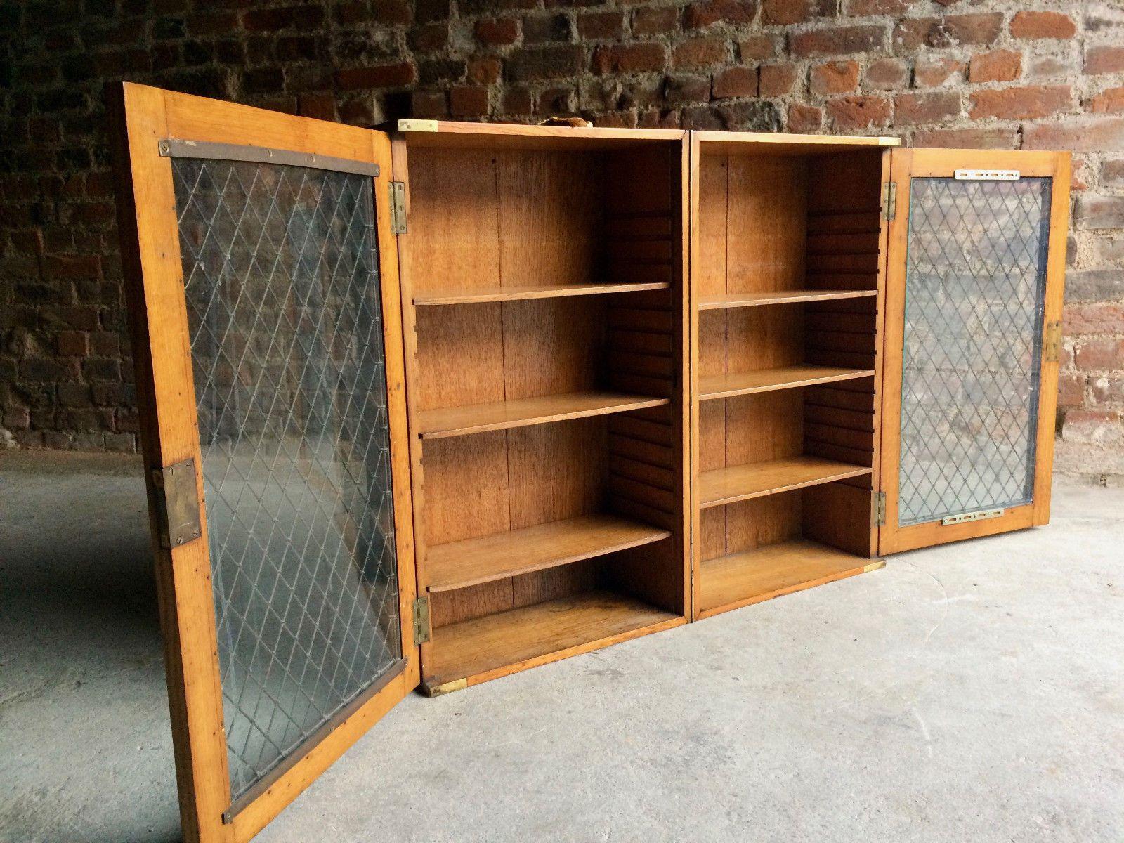 Libreria antica in quercia con ante in vetro in vendita su Pamono