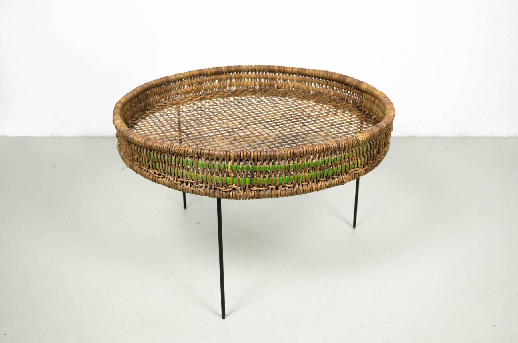 runder beistelltisch aus rattan mit beinen aus metalldraht. Black Bedroom Furniture Sets. Home Design Ideas
