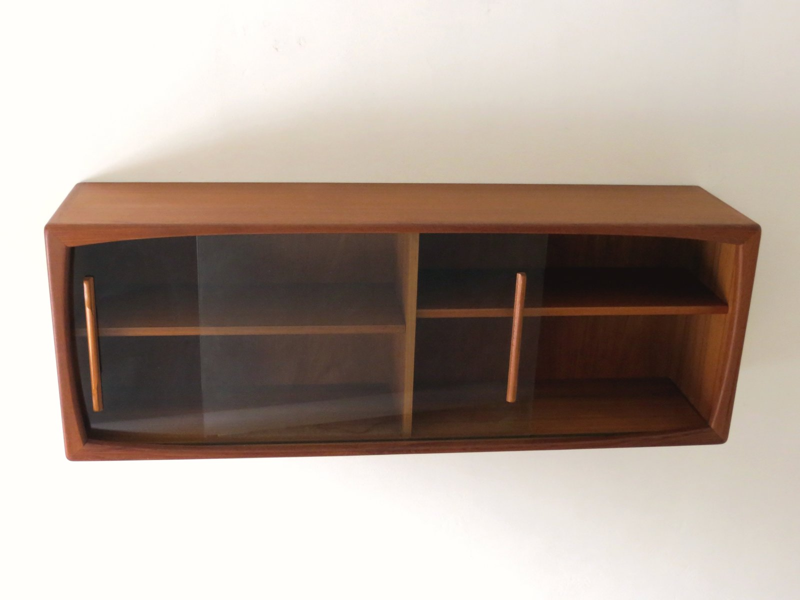 mid century wandregal mit schiebet ren aus glas von dyrlund 1960er bei pamono kaufen. Black Bedroom Furniture Sets. Home Design Ideas