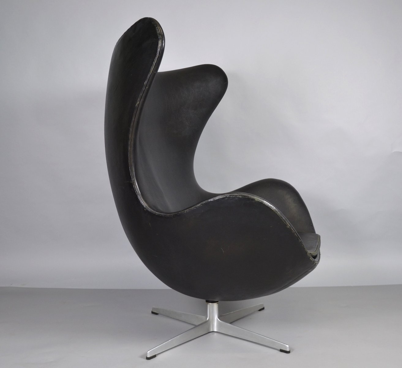 egg stuhl aus leder von arne jacobsen f r fritz hansen 1970er bei pamono kaufen. Black Bedroom Furniture Sets. Home Design Ideas