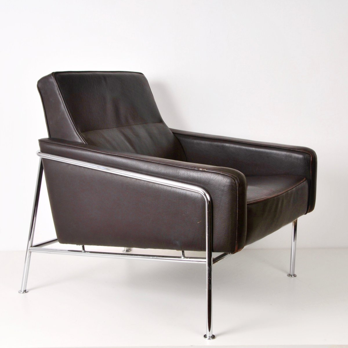 mid century sessel aus braunem leder und stahl bei pamono. Black Bedroom Furniture Sets. Home Design Ideas