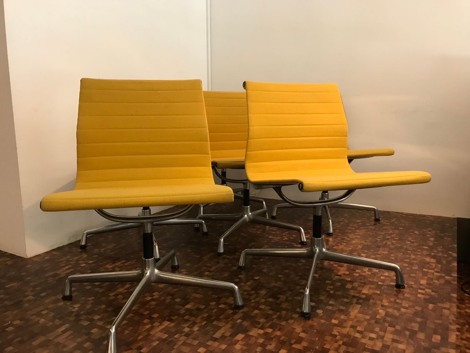gelbe ea108 st hle von charles ray eames f r vitra 1968 6er set bei pamono kaufen. Black Bedroom Furniture Sets. Home Design Ideas