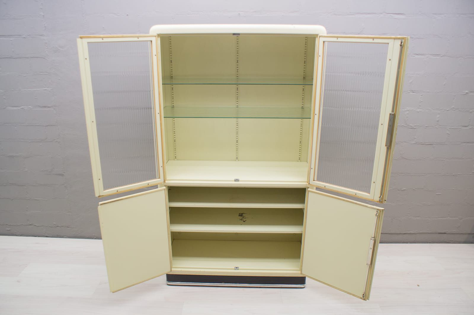 German Metal Medical Cabinet From Baisch, 1950s 3. Previous