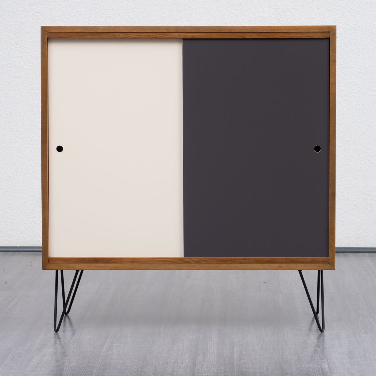 walnuss furnier highboard mit wendbaren schiebet ren 1960er bei pamono kaufen. Black Bedroom Furniture Sets. Home Design Ideas