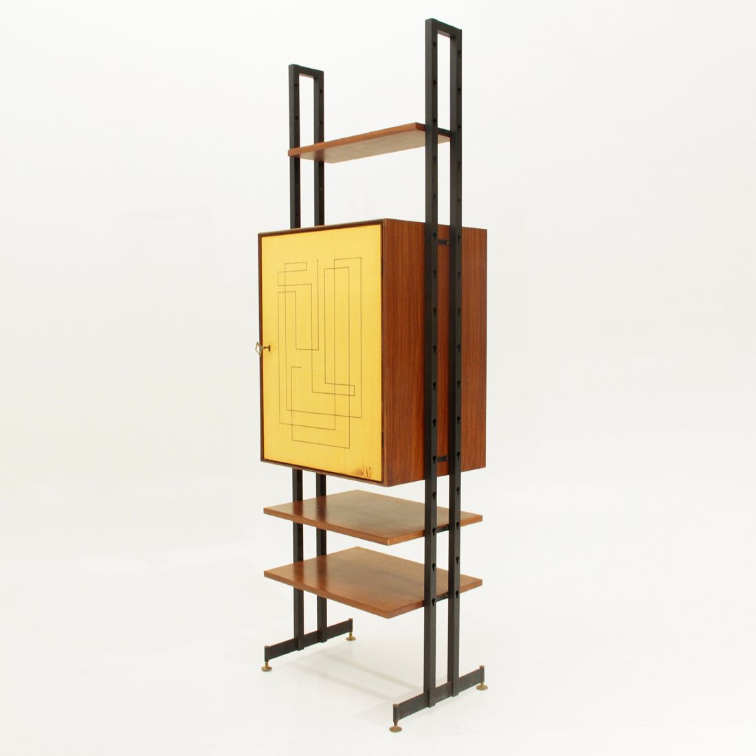 italienisches mid century teak wandregal mit bar 1950er bei pamono kaufen. Black Bedroom Furniture Sets. Home Design Ideas
