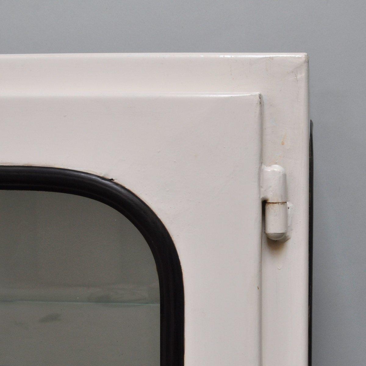 kleiner wei lackierter medizinschrank 1970er bei pamono kaufen. Black Bedroom Furniture Sets. Home Design Ideas