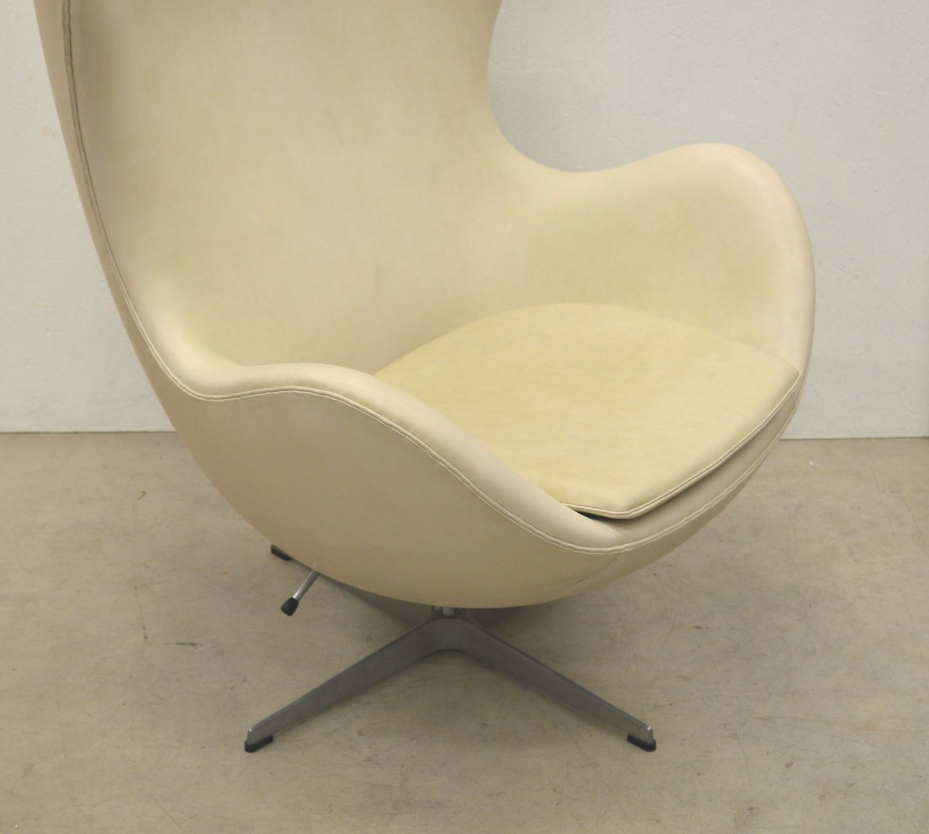 cream egg chair ottoman by arne jacobsen for fritz. Black Bedroom Furniture Sets. Home Design Ideas