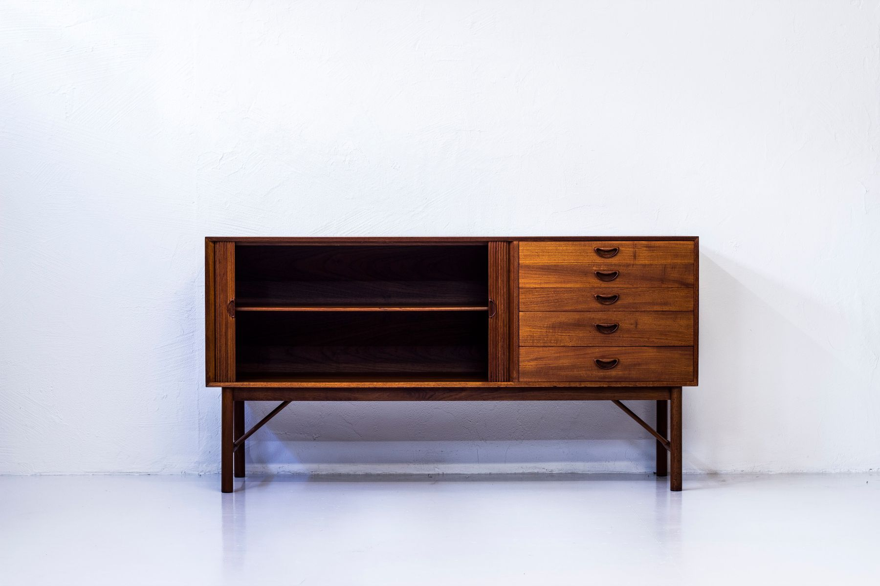 d nisches teak sideboard von hvidt m lgaard f r s borg. Black Bedroom Furniture Sets. Home Design Ideas