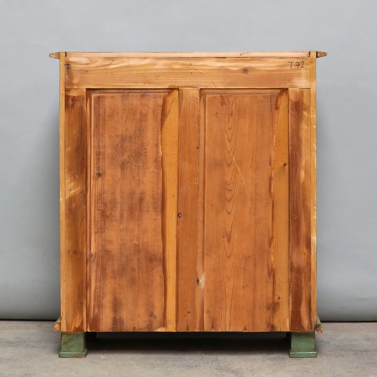 kleiner vintage schrank aus pinienholz 1930er bei pamono kaufen. Black Bedroom Furniture Sets. Home Design Ideas