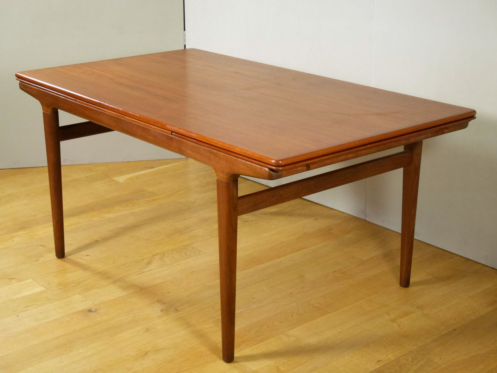 Table de salle manger rallonge scandinave par johannes for Table rallonge scandinave
